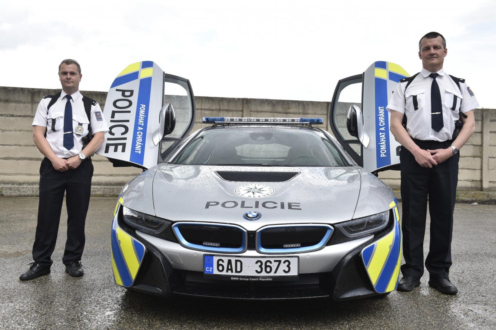 Brněnští policisté převzali hybridní vůz BMW i8