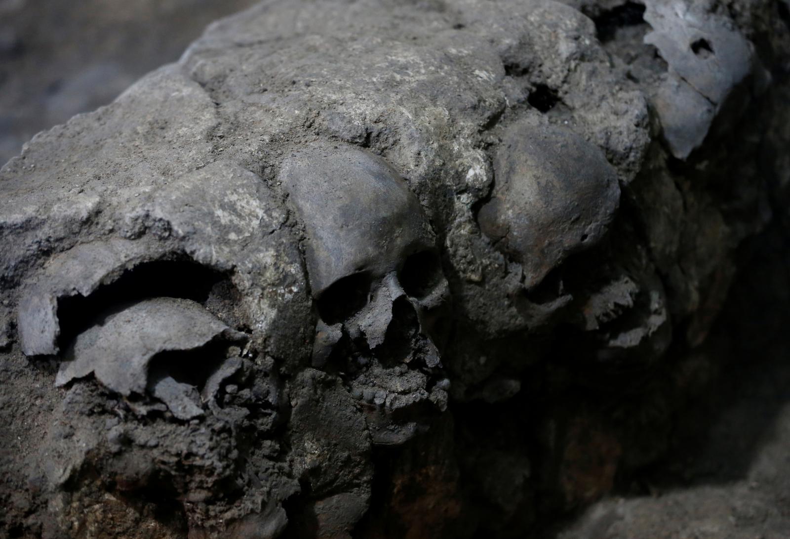 Aztécká věž s lebkami jako hlavním stavebním materiálem