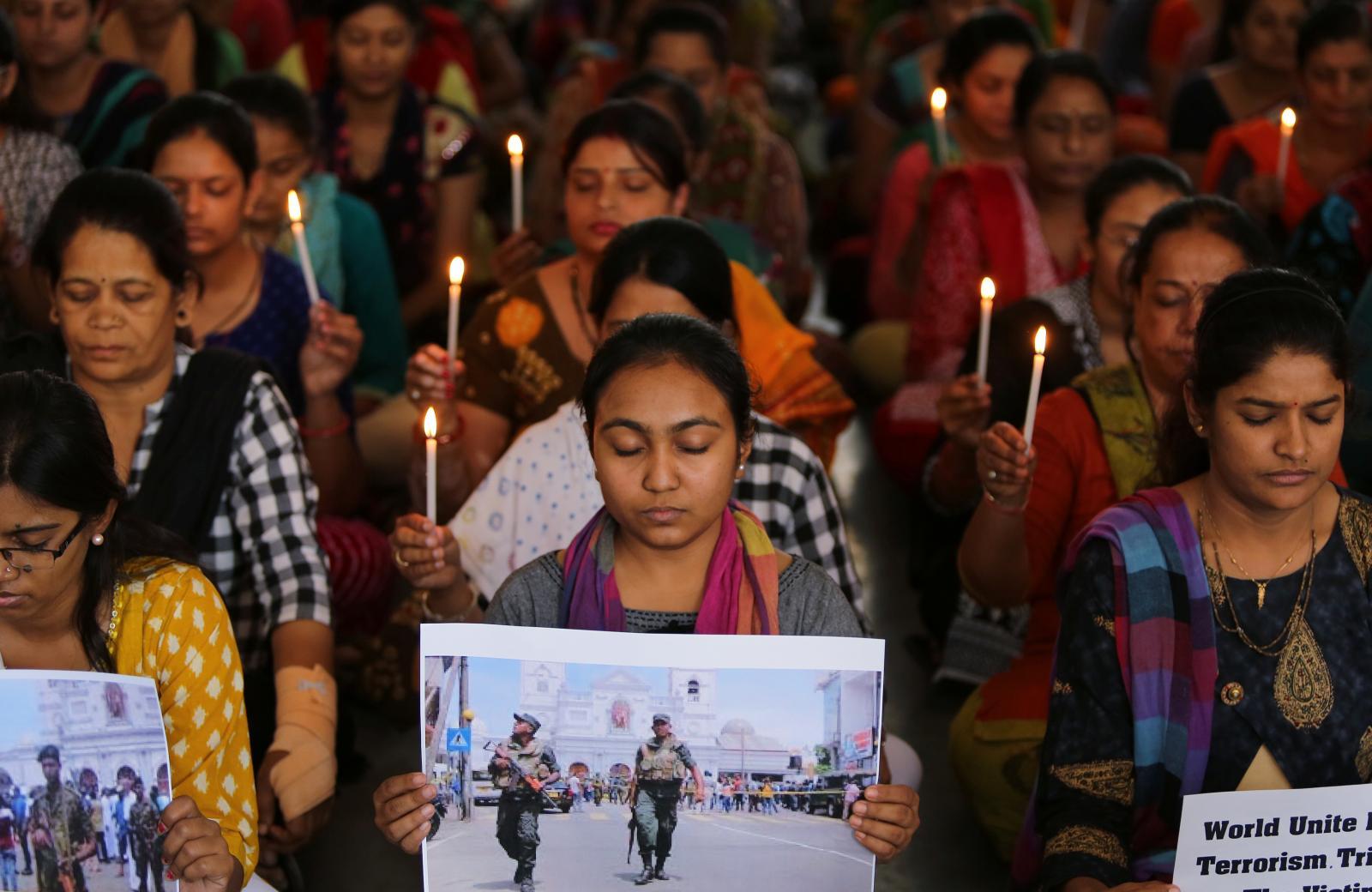 Učitelky se modlí za oběti série teroristických útoků