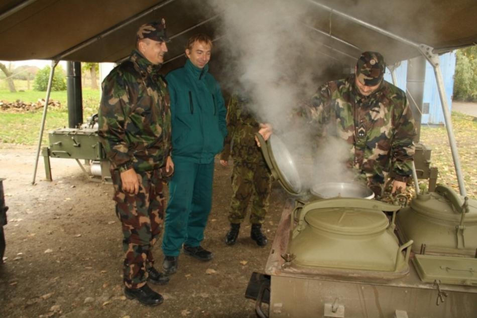 Čeští vojáci zaškolují maďarské kolegy v obsluze polní kuchyně