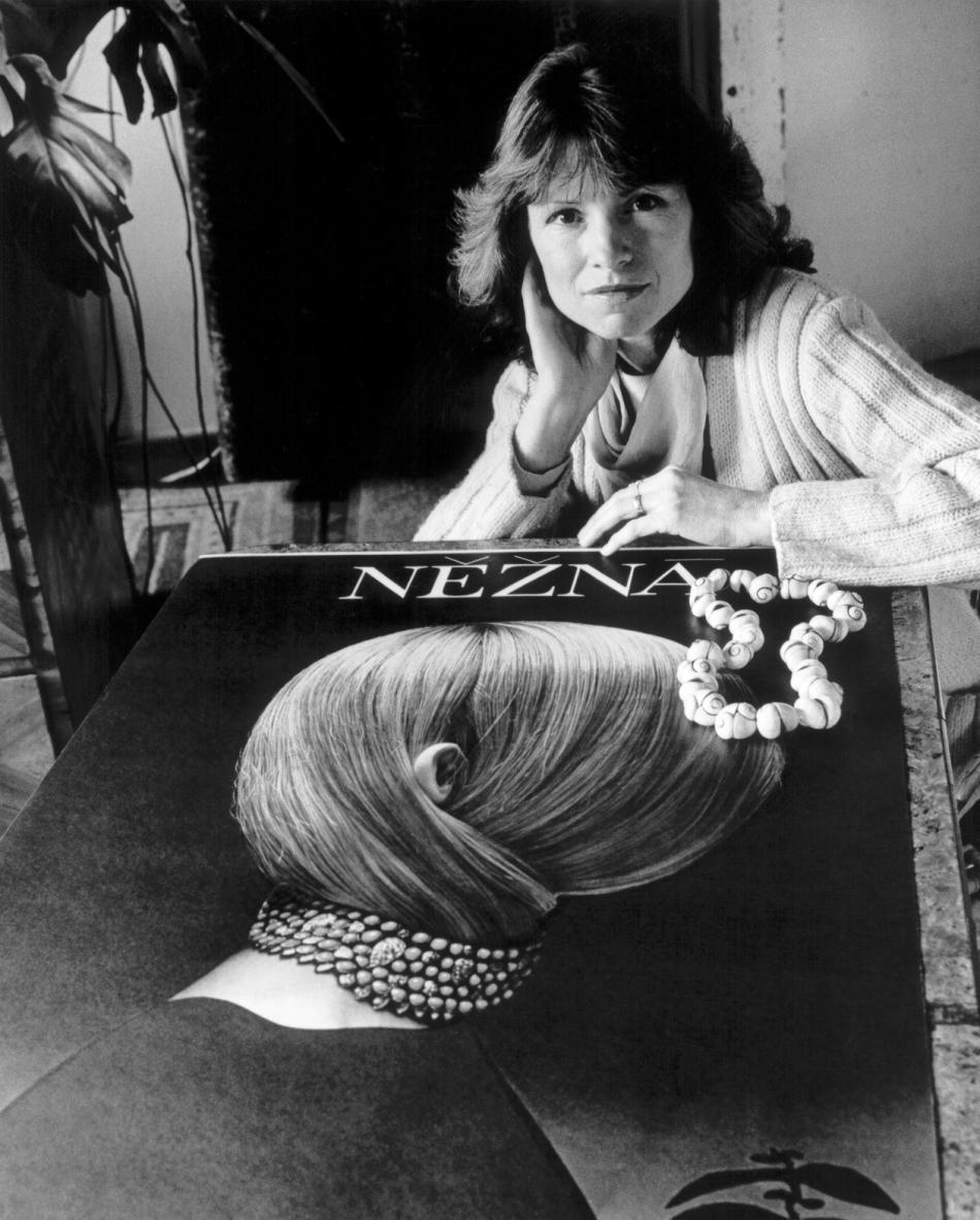 Olga Vyleťalová s plakátem k filmu Něžná