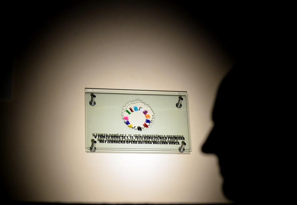 Pamětní deska připomínající premiéru Žebrácké opery
