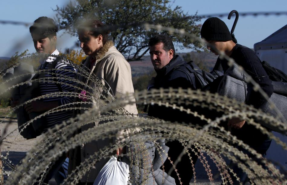 Uprchlíci překračující řecko-makedonskou hranici