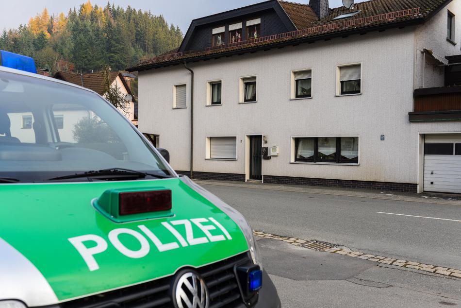 Policie před osudným domem ve Wallenfelsu