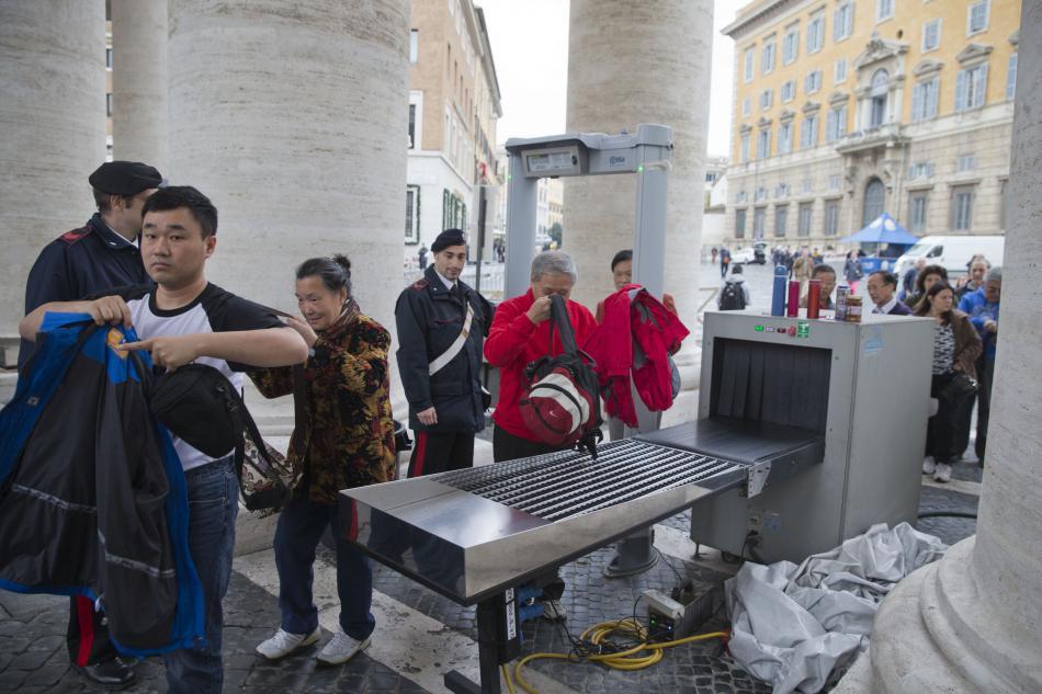 Lidé přicházející na středeční generální audienci papeže podstupují bezpečnostní prohlídku