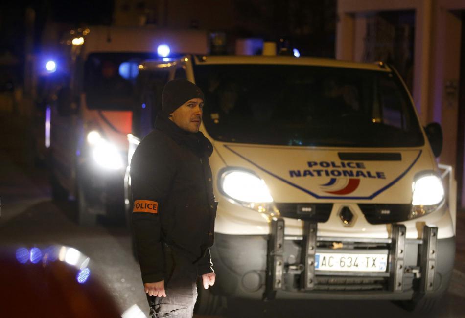 Policie našla na předměstí Paříže pás s výbušninami
