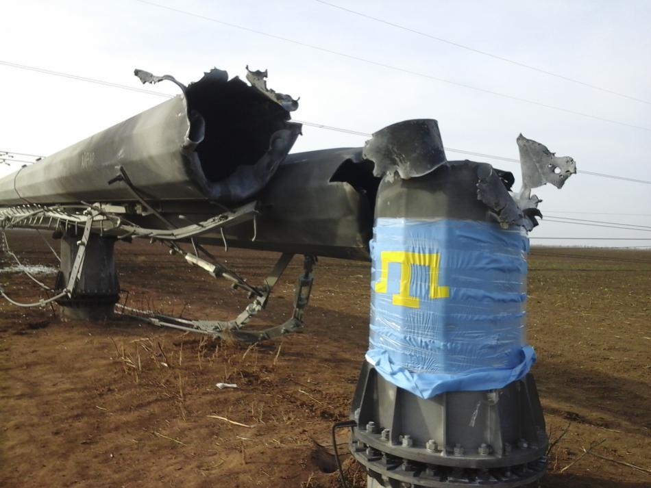 Vlajka krymských Tatarů u jednoho z poškozených pylonů