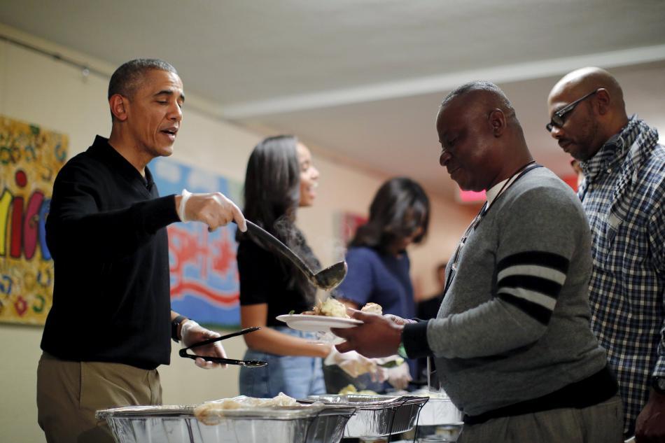 Na Den díkuvzdání rozdávala prezidentská rodiny jídlo v centru pro bezdomovce