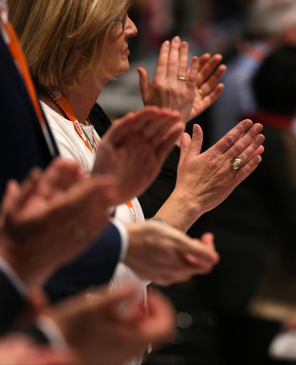 Delegáti sjezdu CDU tleskají projevu Angely Merkelové