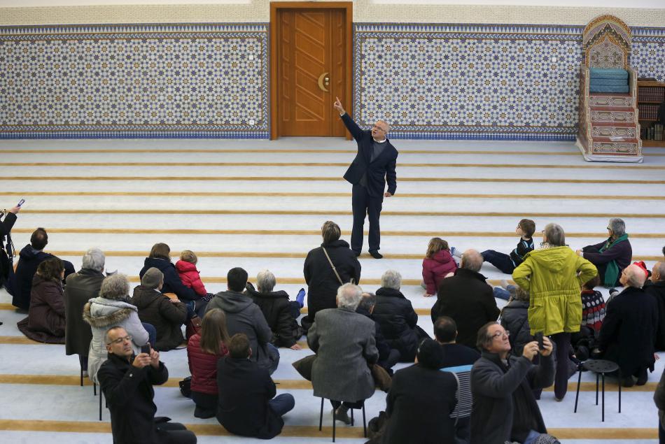 Mohamed Latahi hovoří k návštěvníkům Velké mešity ve Štrasburku