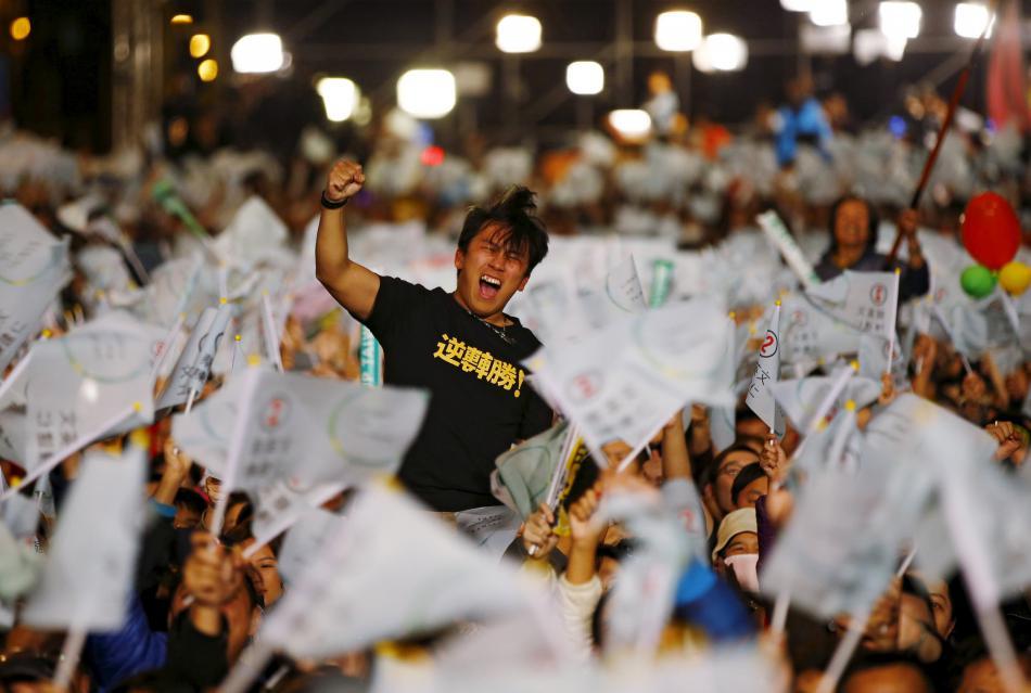 Příznivci demokratické strany oslavují vítězství