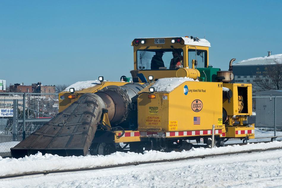 Sněhová fréza zprovozňuje železniční trať na Long Islandu