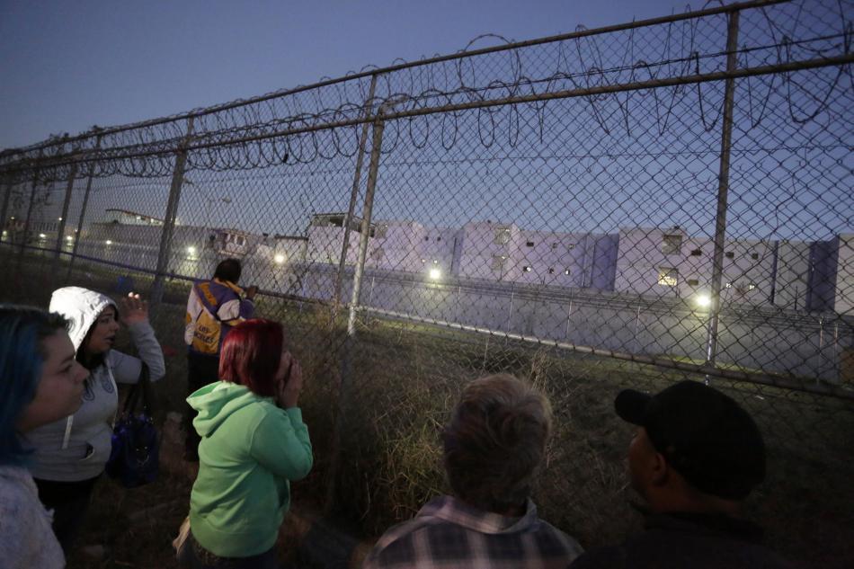 Příbuzní čekají před věznicí Topo Chico