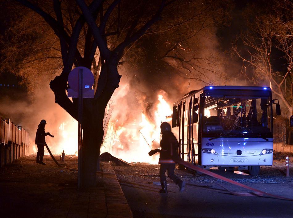 Při výbuchu auta zemřelo v Ankaře 28 lidí