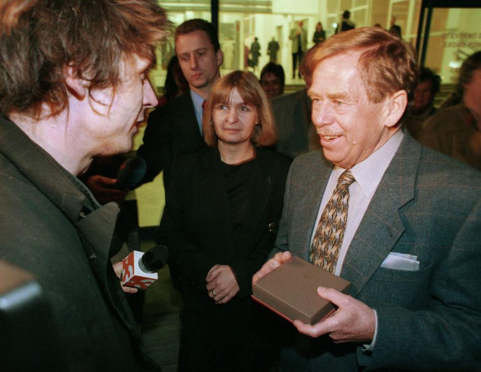 Prezident Havel předává Davidu Černému cenu Jindřicha Chalupeckého