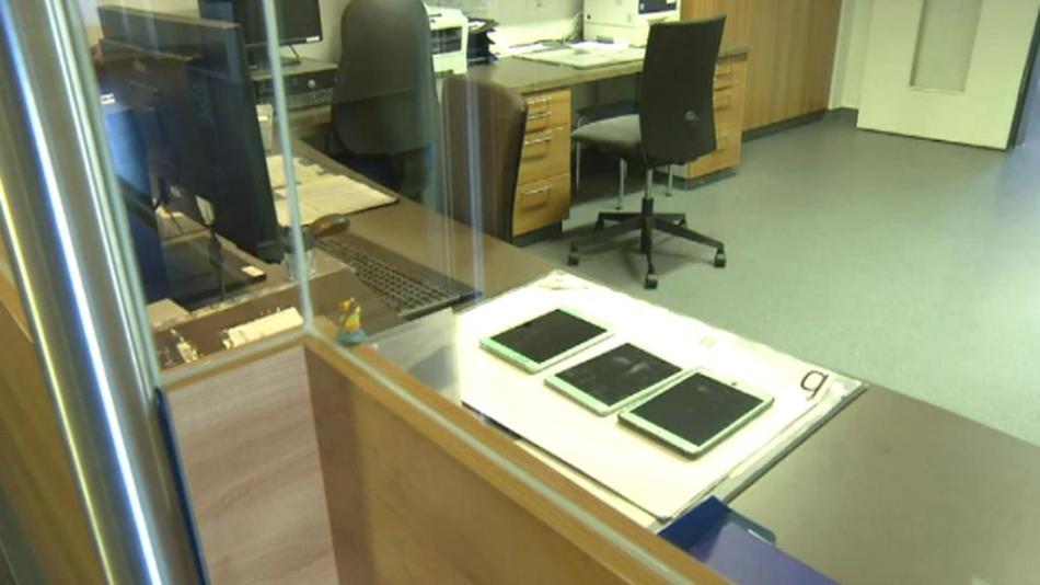 Některé nemocnice odkládají tablety a vrací se k papíru