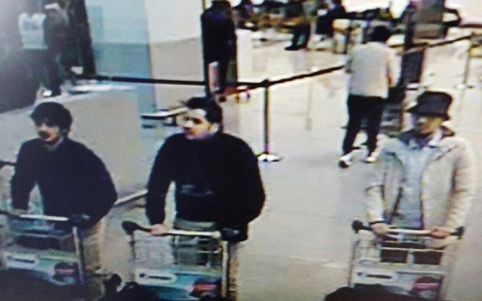 Záběr letištních kamer s trojící podezřelých