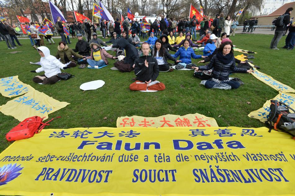 Protestní akce na podporu Tibetu a Tchaj-wanu na pražské Kampě