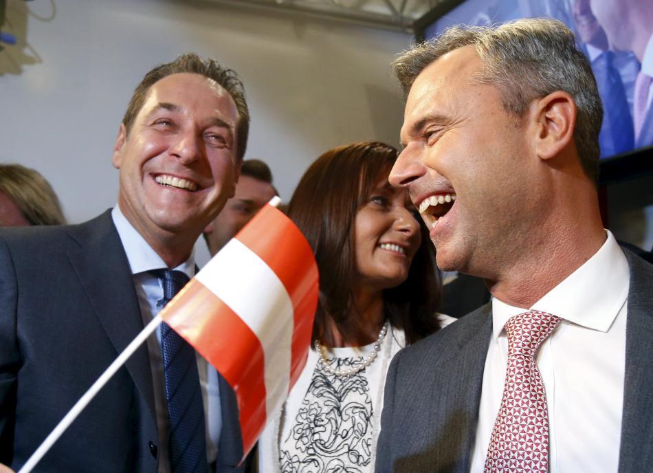 Strache a Hofer oslavují výsledky prvního kola
