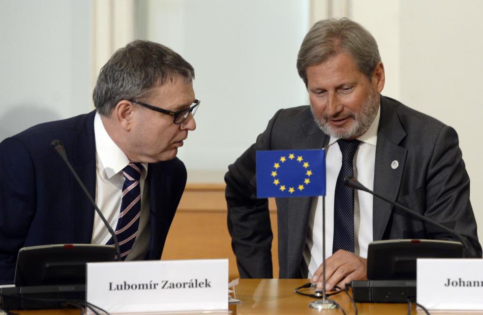 Lubomír Zaorálek a Johannes Hahn po pražské schůzce