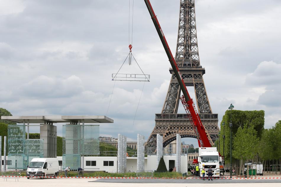 Stavba fanzóny před Eiffelovou věží