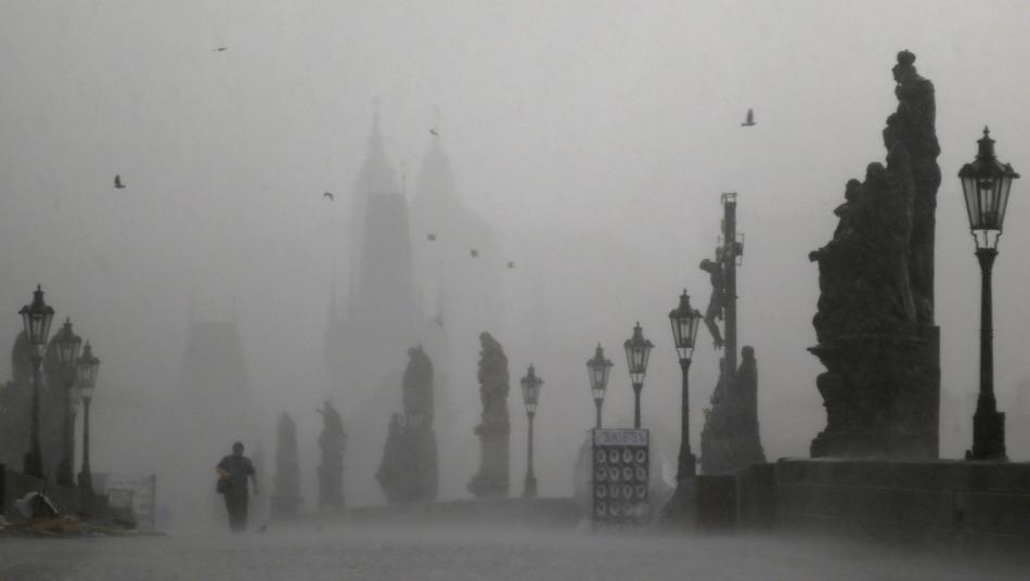 Karlův most v Praze v bouři