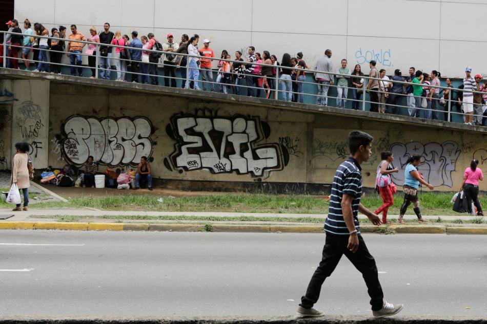 Venezuelané stojí frontu na základní potraviny
