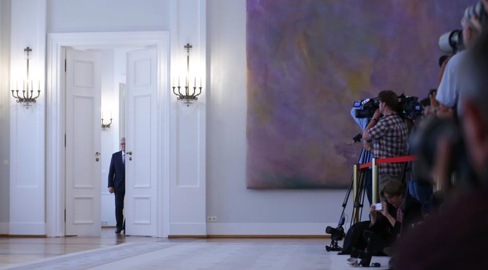 Joachim Gauck přichází před novináře