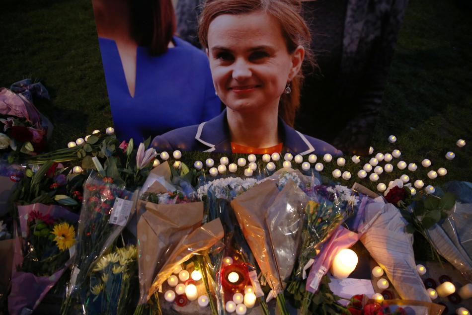 Lidé po smrti Jo Coxové zapalují svíčky