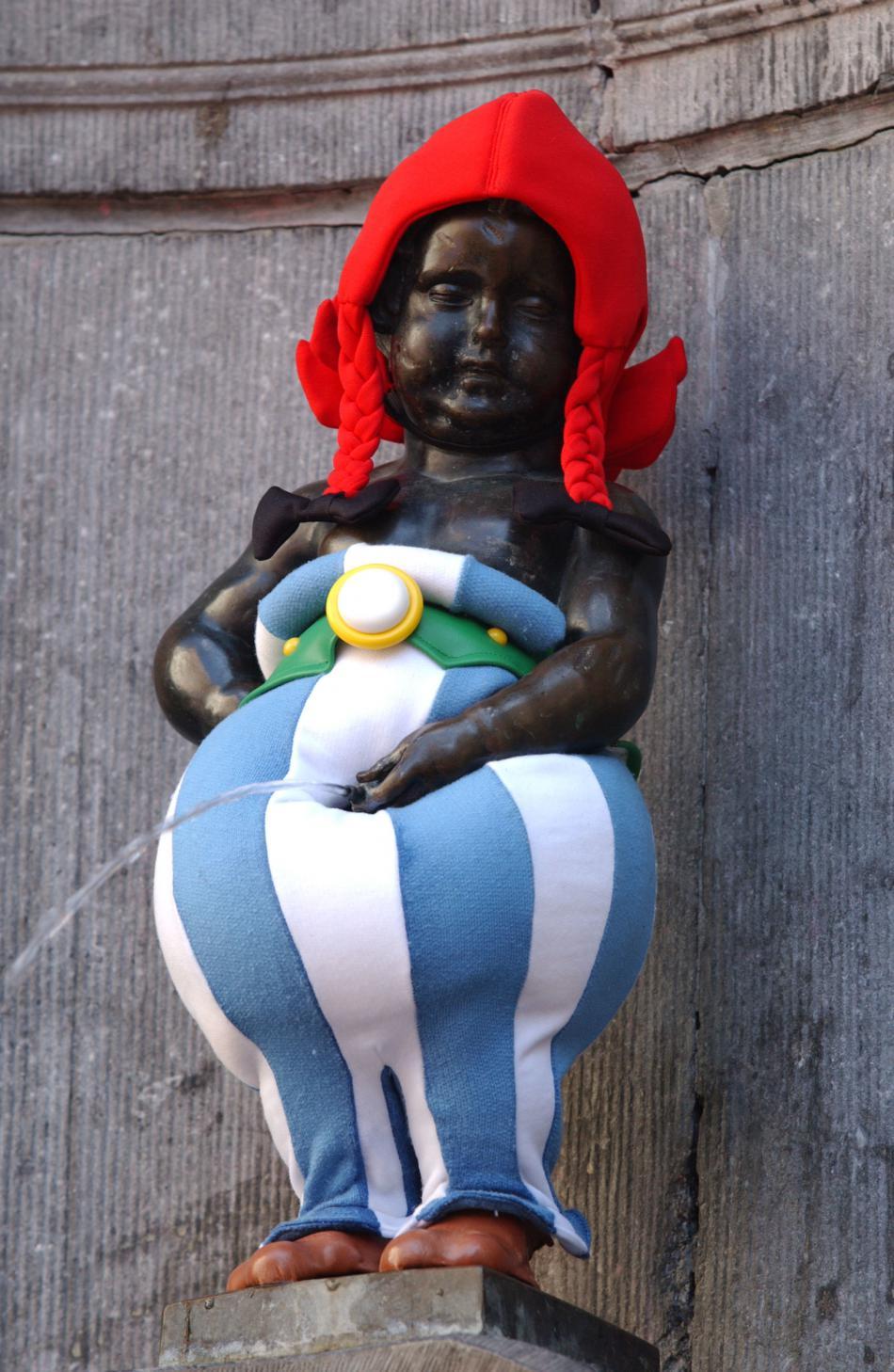 Manneken Pis v kostýmu Obelixe