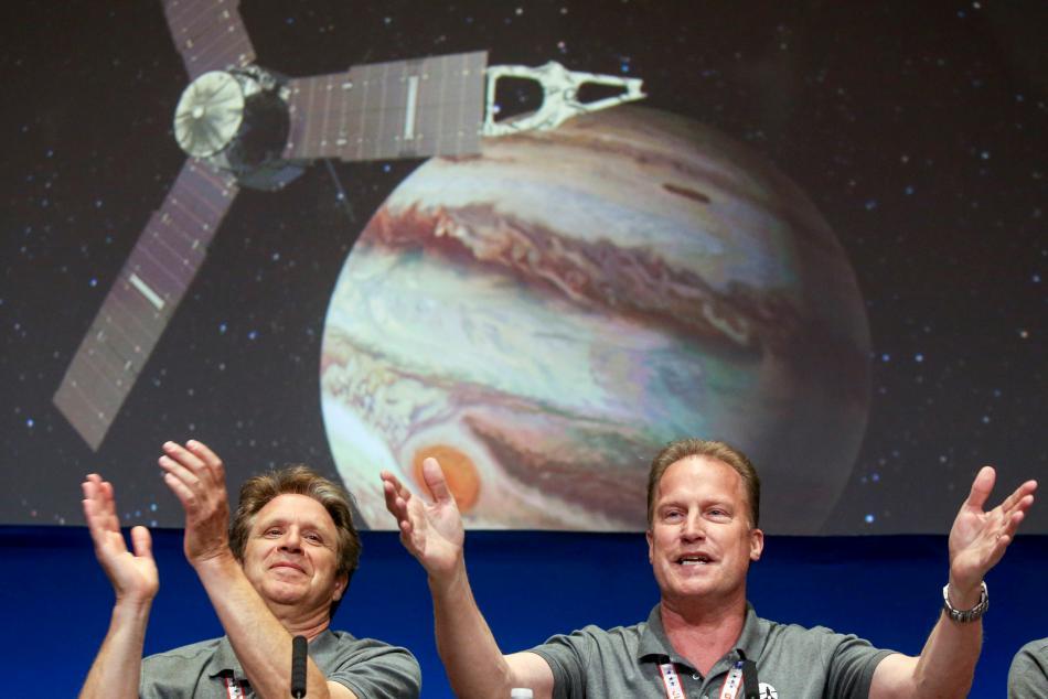 Zleva hlavní výzkumný pracovník mise Juno Scott Bolton a šéf projektu Juno z Laboratoře proudového pohonu NASA Rick Nybakken.
