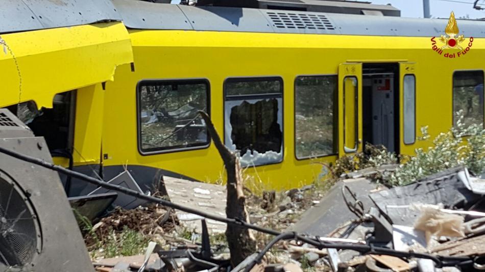 Zničený vagon na trati severně od Bari