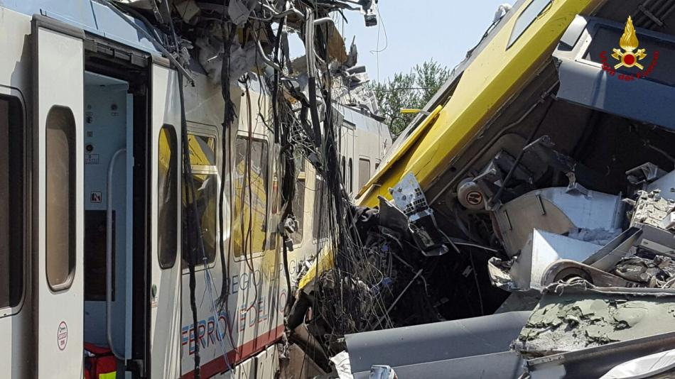 Následky srážky vlaků na jihovýchodě Itálie