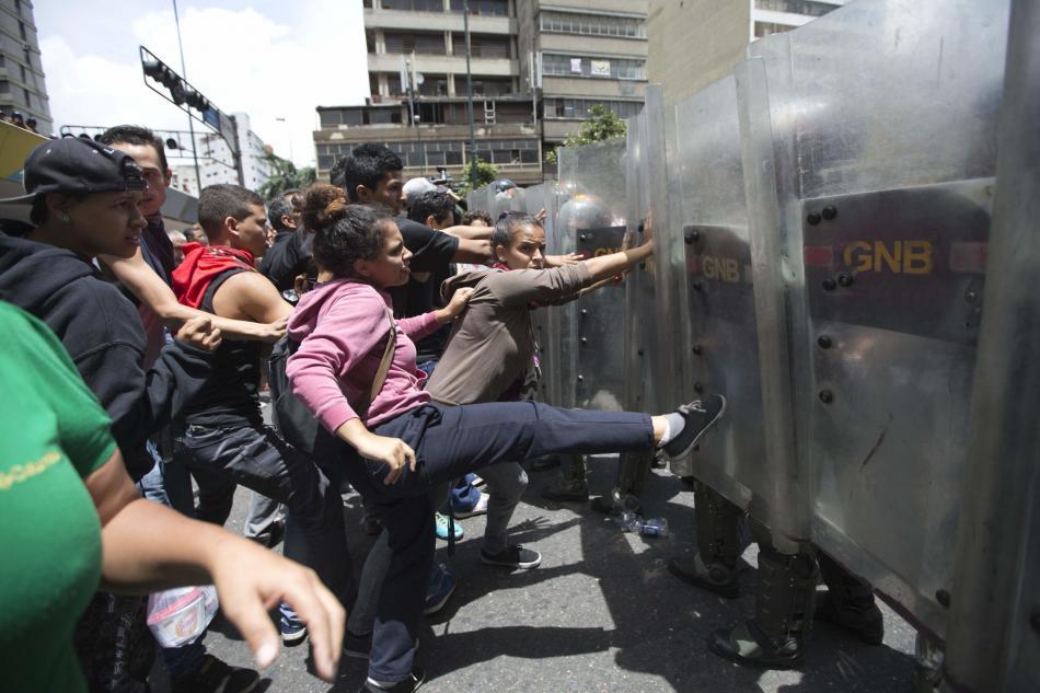 Venezuelané se bouří kvůli nedostatku zboží