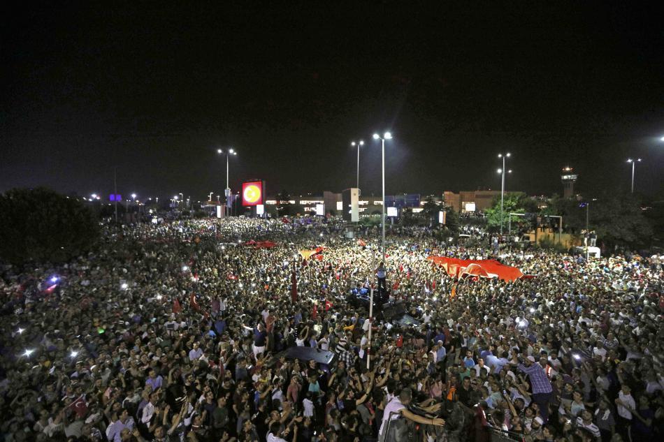 Příznivci prezidenta Erdogana před Atatürkovým letištěm