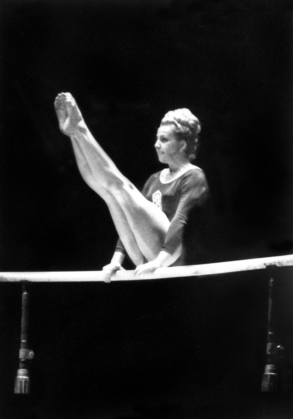 Věra Čáslavská při cvičení na bradlech na OH v Tokiu (1964)
