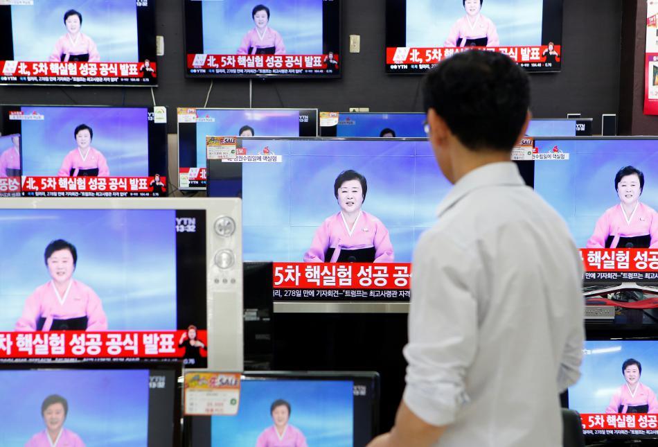Televizní hlasatelka oznamuje pátý severokerejský jaderný test