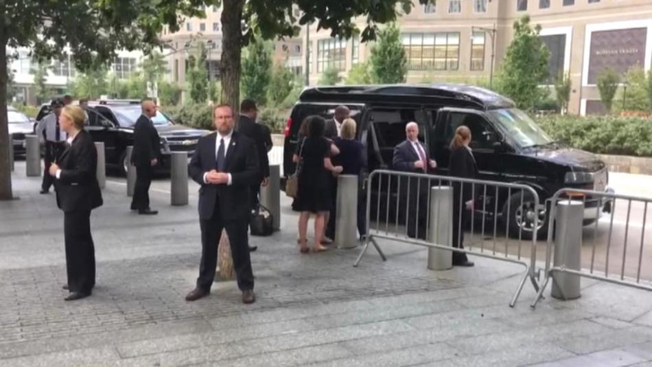 Clintonová opouští ceremoniál na Ground Zero