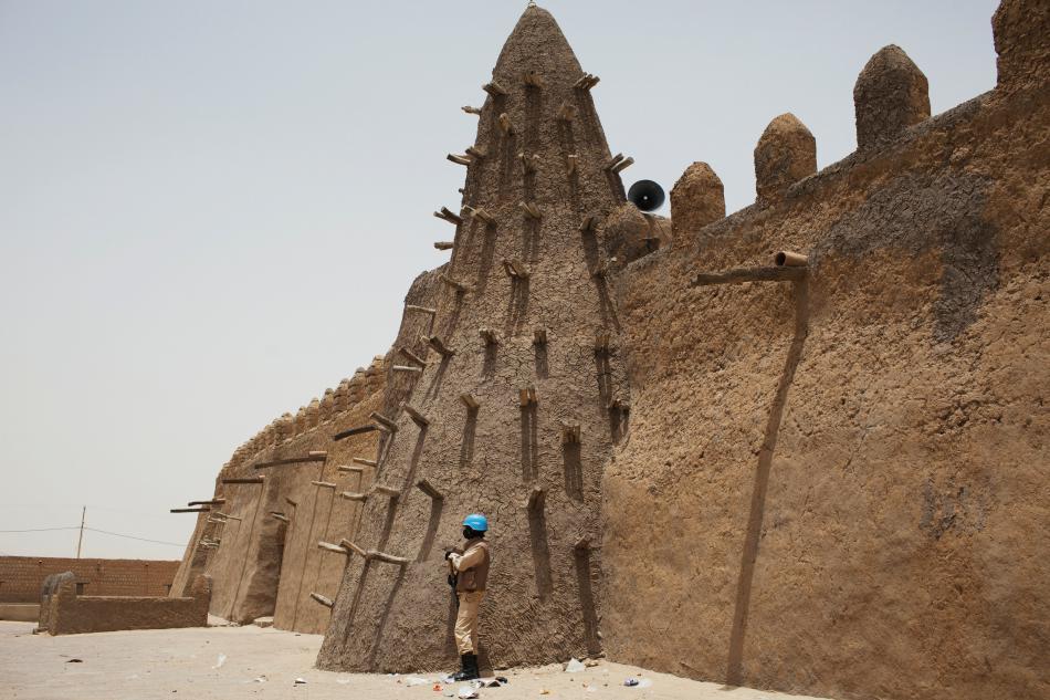 Příslušník mírových sborů OSN před mešitou v Timbuktu