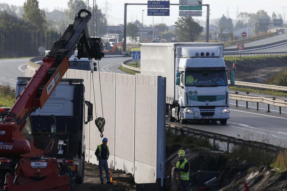 Kolem tábora v Calais roste čtyřmetrová zeď