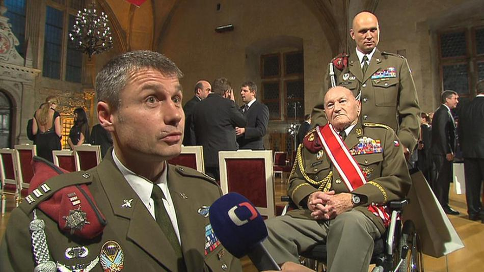 Generála Klemeše na Hrad doprovodili elitní výsadkáři z Chrudimi