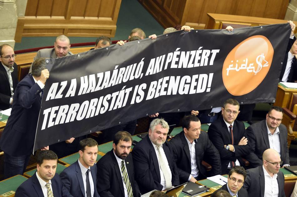 Poslanci Jobbiku s transparentem proti kupování maďarského občanství