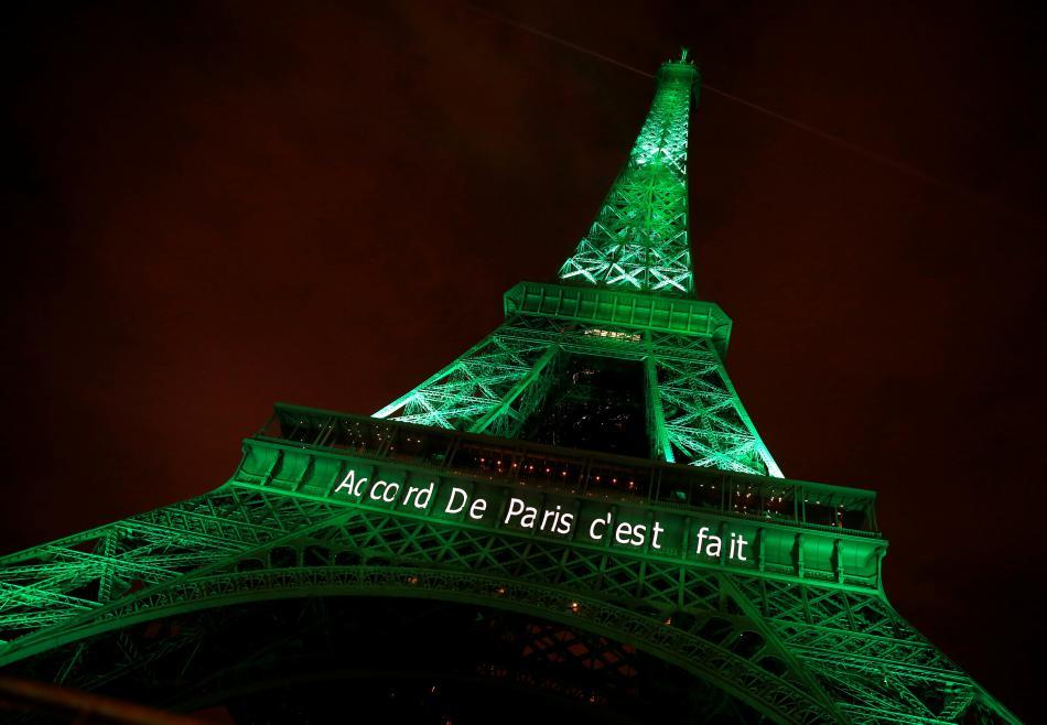 Eiffelova věž s nápisem: Pařížská dohoda. Hotovo.