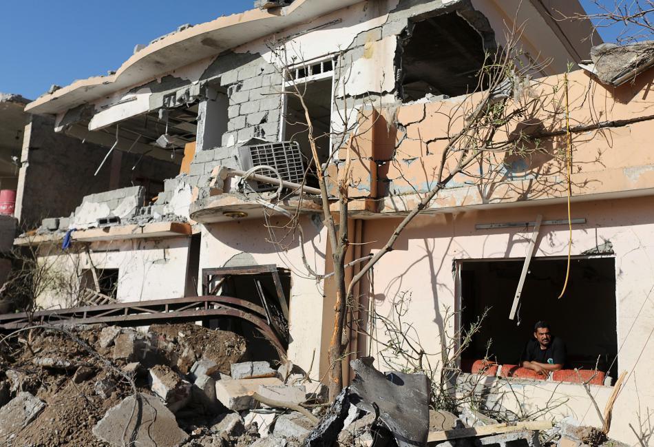 Trosky domu zničeného při sebevražedném útoku IS