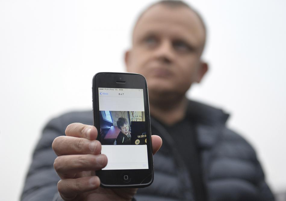 Ariel Žurawski ukazuje poslední fotku svého bratrance Lukasze Urbana