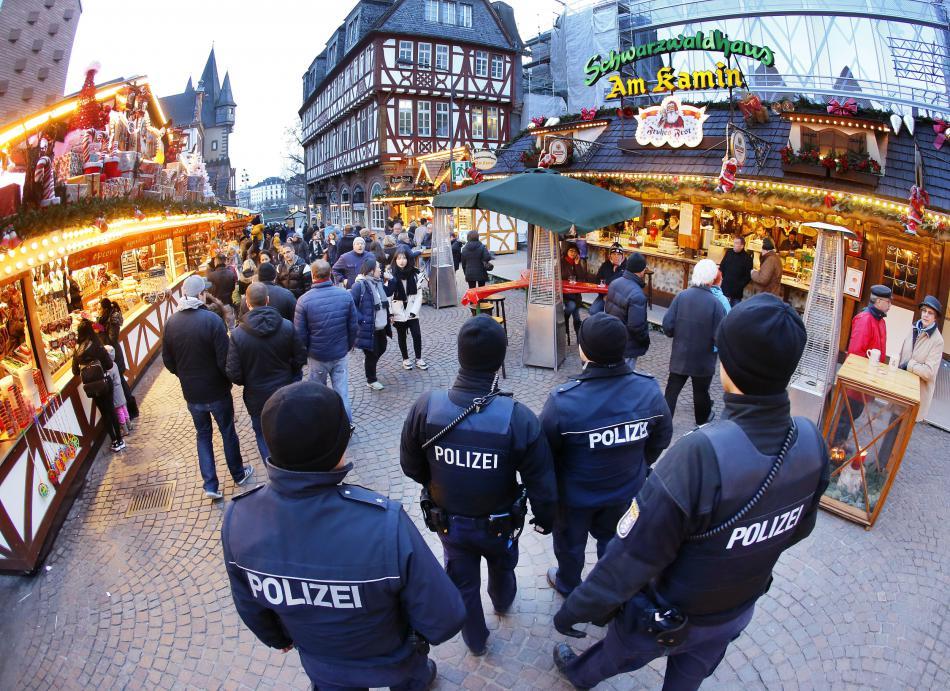Policie na vánočním trhu ve Frankfurtu