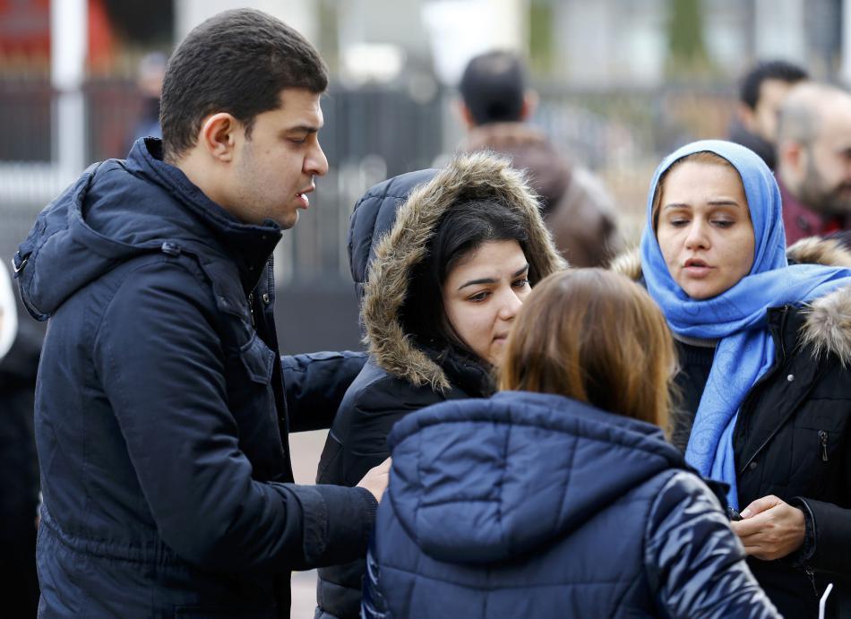 Lidé čekají před klubem na informace o svých blízkých