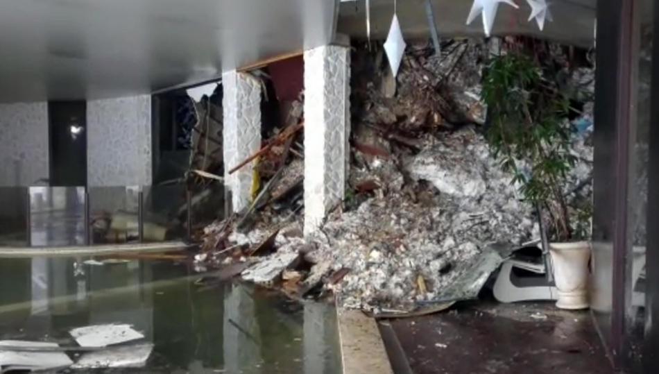 Foyer hotelu Rigopiano po pádu laviny