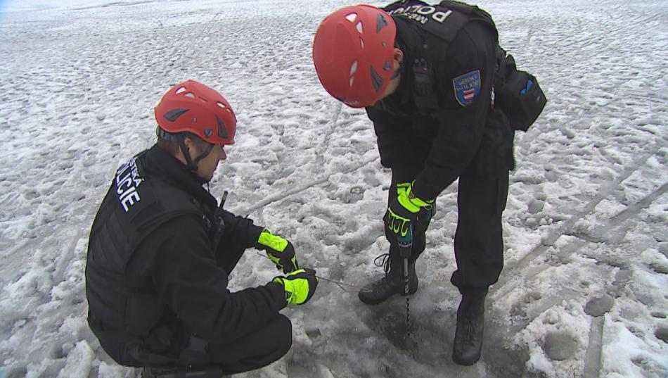 Strážníci pravidelně kontrolují tloušťku ledu na přehradě