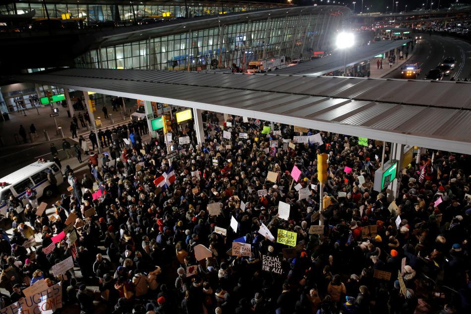 Protesty na newyorském letišti proti Trumpovu příkazu o omezení imigrace